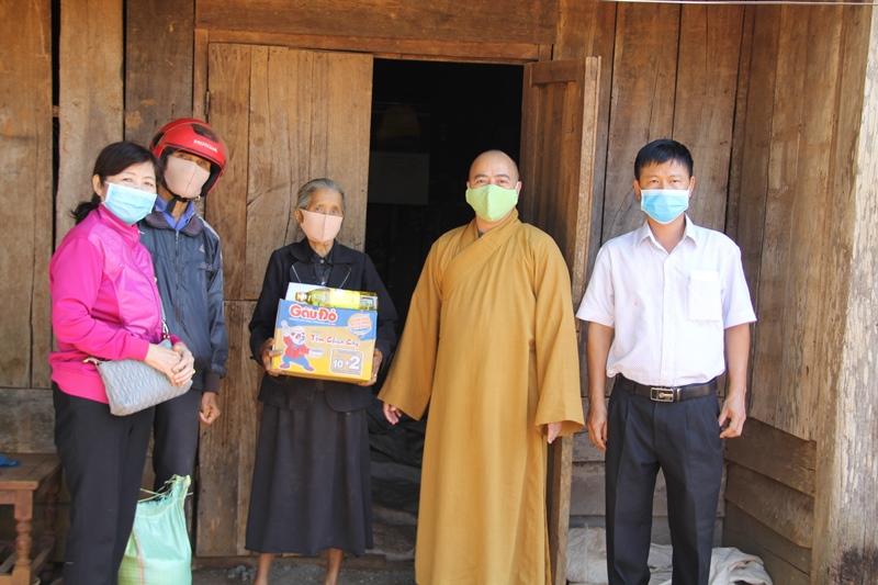 Trao quà đến 10 Cụ cao tuổi tại xã Ea Tul, huyện CưMgar