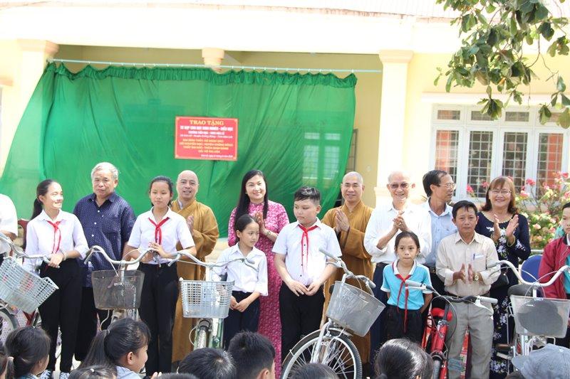 Trao xe đạp, học bổng cho các em hiếu học tại huyện Krông Bông và Lak