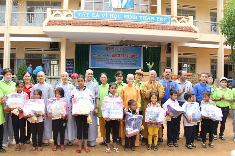 Trao 500 phần quà đến với học sinh, bà con nghèo xã Ea Drơng, huyện CưMgar
