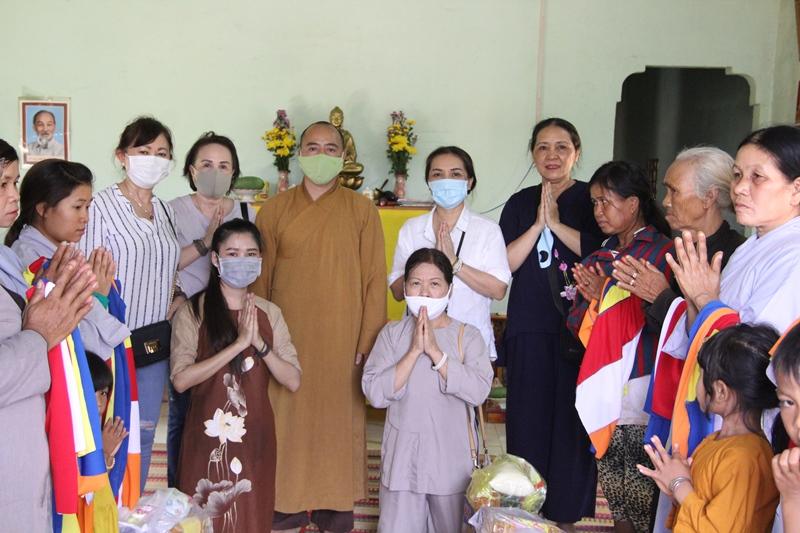 Trao quà đến Phật tử Êđê tại xã Cư Suê, CưMgar, EaMdroh, huyện CưMgar