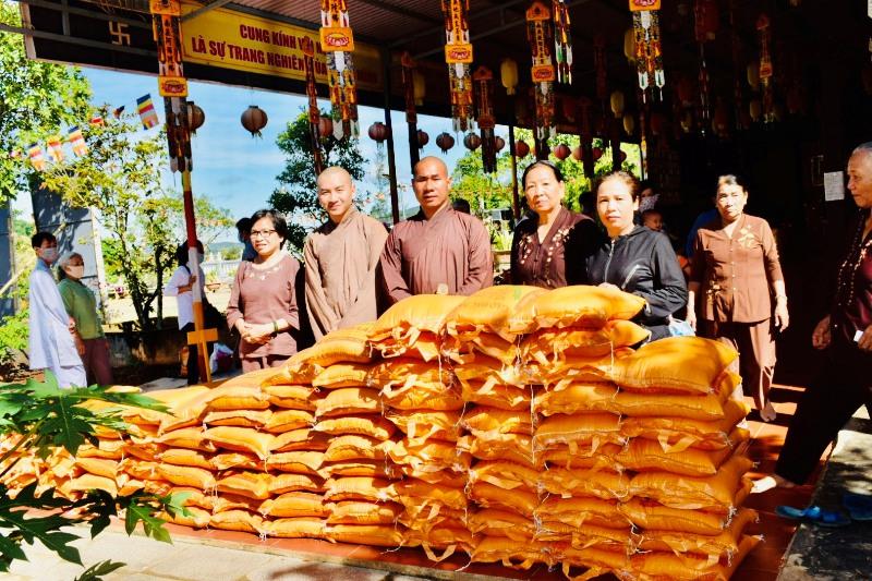 Huyện Krông Bông: chùa Phước Vân trao quà cho bà con khó khăn