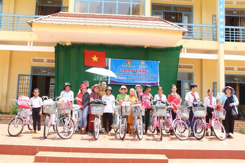 Trao xe đạp cho các em nghèo hiếu học tại xã EaMroh, huyện CưMgar