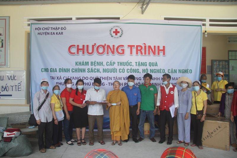 Huyện Eakar: Tịnh xá Ngọc Bửu phát quà tới bà con tại xã Cư Jang