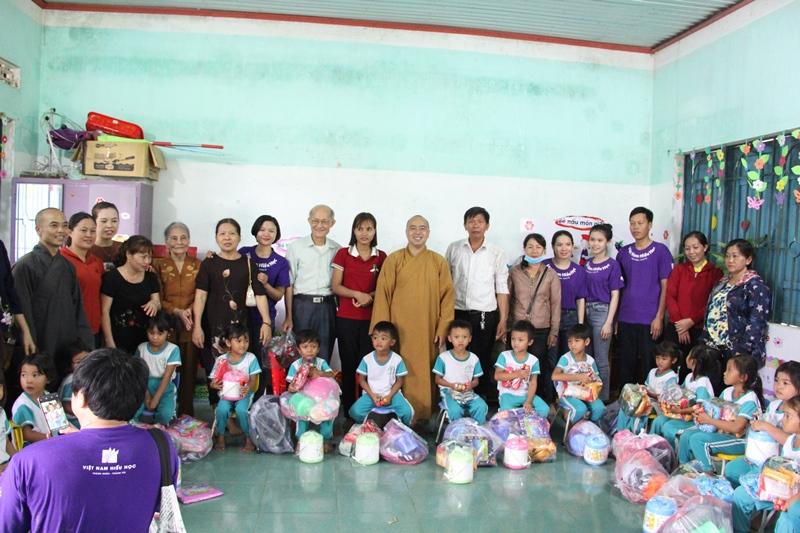 Trao những phần quà nghĩa tình cho các em tại xã cư Kroá và Ea Trang, huyện M'Drak