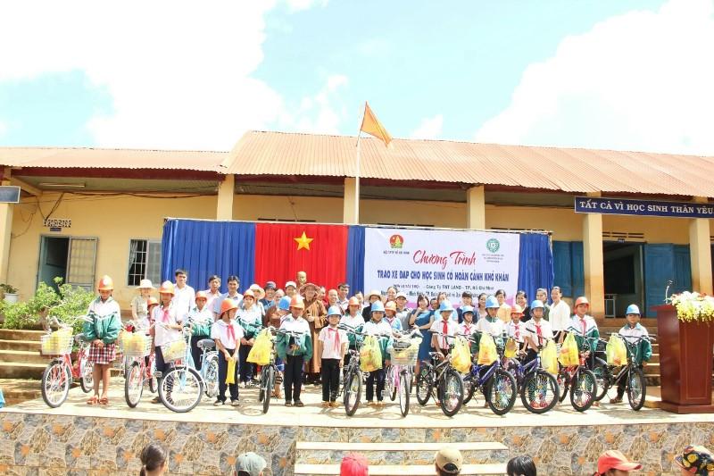 Trao xe đạp cho học sinh trường TH Lý Tự trọng, xã Ea Kuêh, huyện CưMgar