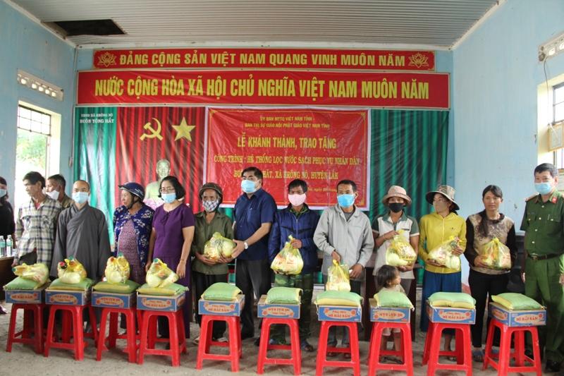 Huyện Lak: Bàn giao hệ thống lọc nước và trao 200 phần quà