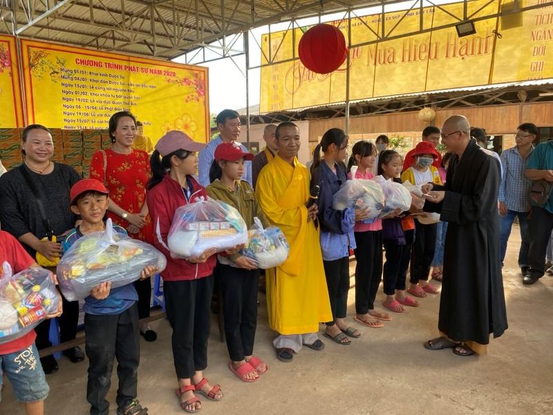 Trao quà cho bà con đồng bào và trẻ em khó khăn tại 3 xã Ea Lê, CưkBang, Iarvê, huyện Ea Súp