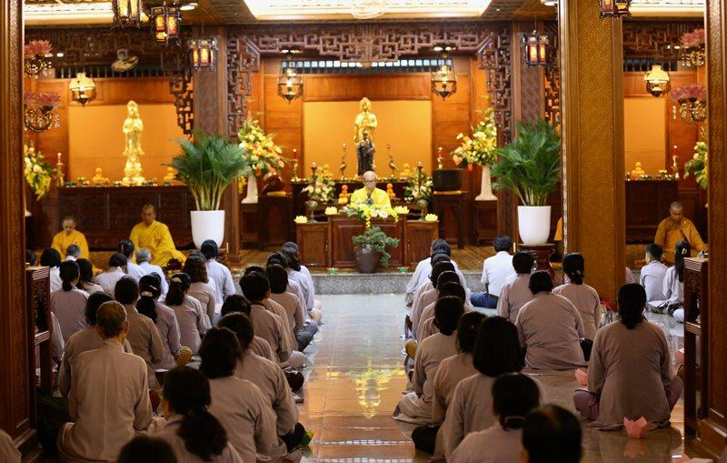 Lễ Hoa đăng Quán niệm nhân ngày Vía Đức Phật A Di Đà tại chùa Sắc tứ Khải đoan