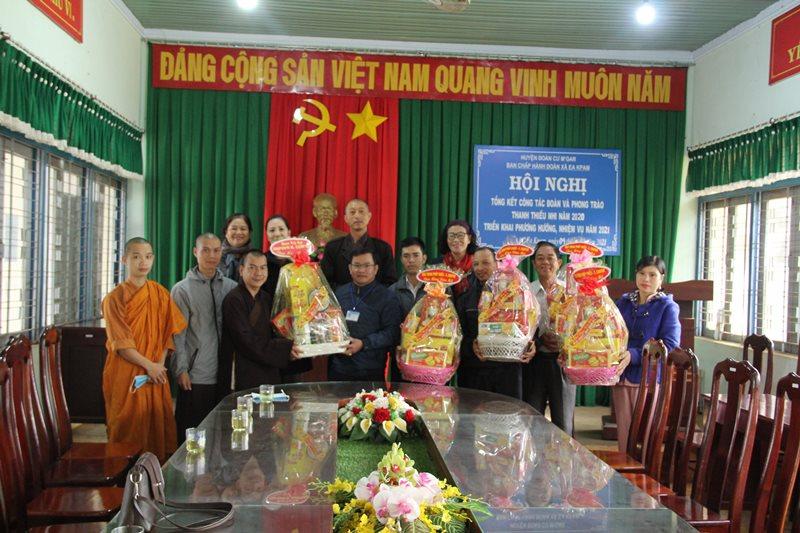 Phật giáo huyện CưMgar thăm, chúc Tết chính quyền xã