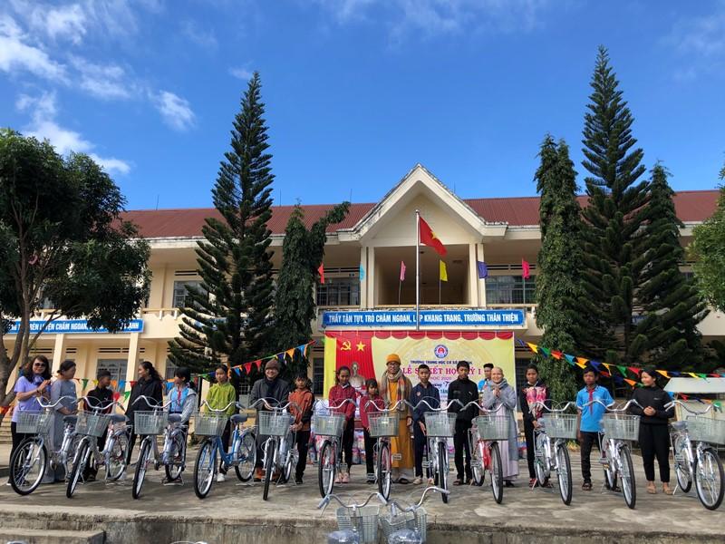Krông Bông: Chương trình áo ấm mùa đông, xe đạp tặng học sinh