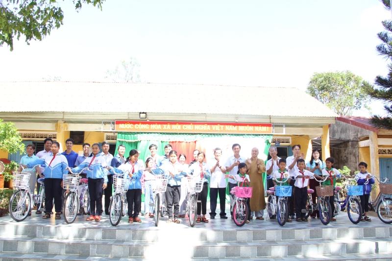 Huyện CưMgar: Chương trình tặng xe đạp cho học sinh khó khăn