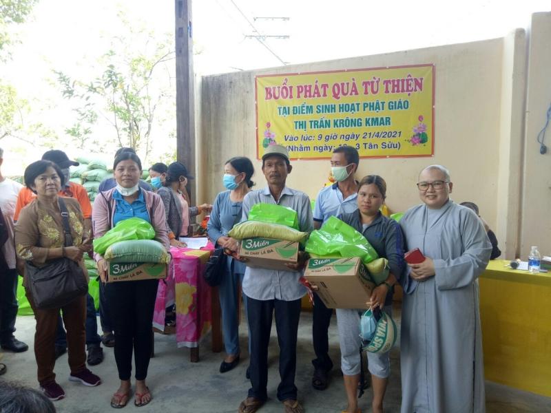 Krông Bông: Đoàn từ thiện CLB Ánh Từ Quang thăm và tặng quà hộ nghèo tại NPĐ Phước Trí, thị trấn KrongKmar