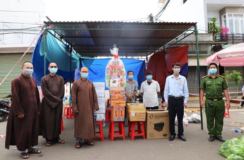Phật giáo thành phố thăm các chốt kiểm soát dịch bệnh trên địa bàn Buôn Ma Thuột