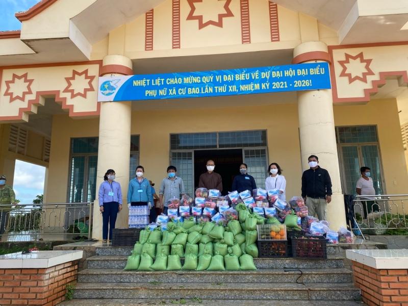 Tặng 140 suất quà và củ quả cho người dân vùng dịch