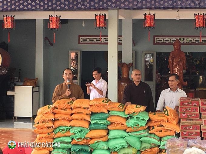 Chùa Quán Thế Âm, huyện Eakar tổ chức phát quà từ thiện