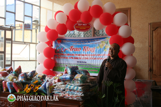 Trao tặng học bổng và quần áo mới cho học sinh mồ côi & khuyết tật nghèo tại huyện Cư