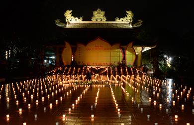 """Hoa đăng """"Ơn nghĩa sinh thành"""" tại chùa Liên Trì, Tp. Buôn Ma Thuột."""