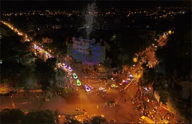 Thêm một Video clip ĐẸP LỘNG LẪY về đoàn diễu hành xe hoa Kính Mừng Phật đản đêm 14 ÂL