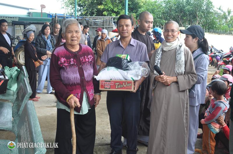 Tặng quà từ thiện cho bà con hộ nghèo tại xã YangReh, huyện KrôngBông