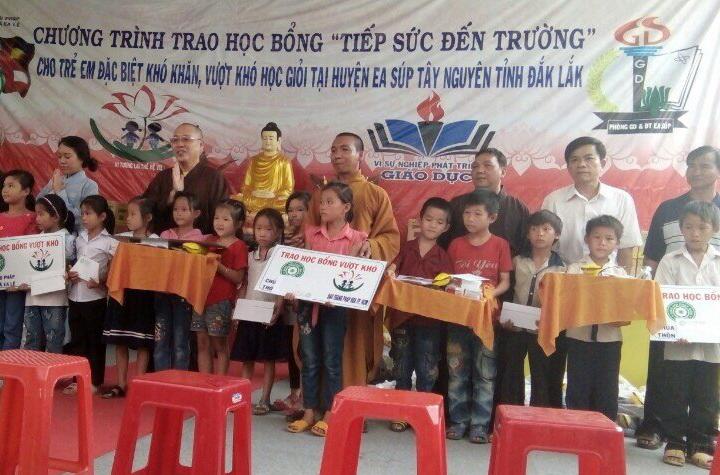 Niệm Phật Đường Diệu Pháp kết hợp hội từ thiện Pháp Hoa TP.HCM trao 300 xuất học bổng các em học sinh