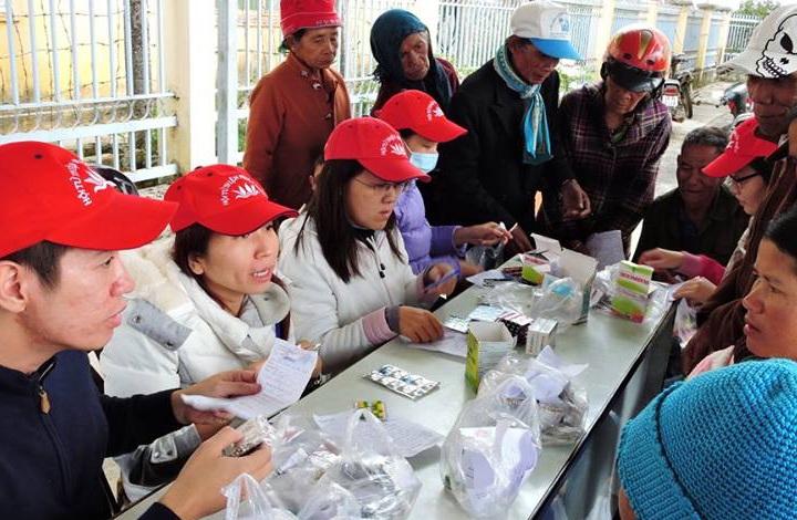 Niệm Phật Đường Diệu Pháp kết hợp Hội từ thiện Phước Điền và 50 y bác sĩ các bệnh viện đã tổ chức khám bệnh miễn phí