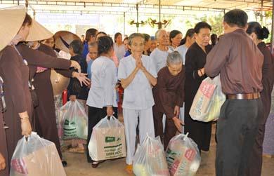 Thiền Viện Trúc Lâm Vạn Đức tổ chức lễ Phật đản và phát quà từ thiện
