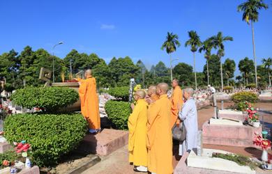 Ban Trị sự Phật giáo tỉnh Đăk Lăk dâng hương tại nghĩa trang Liệt sĩ